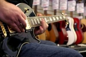 """""""Pour choisir votre guitare : faites des essaies"""""""